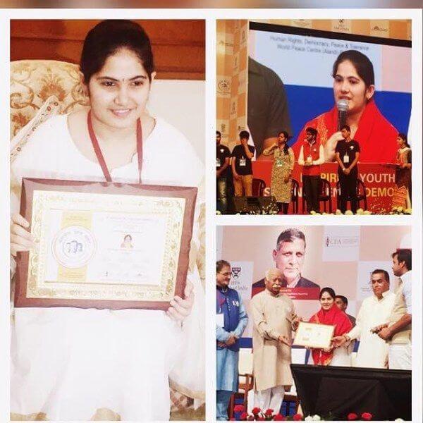 Jaya-Kishori-receiving-Aadarsh-Yuva-Adhyatmik-Guru-Puroskar